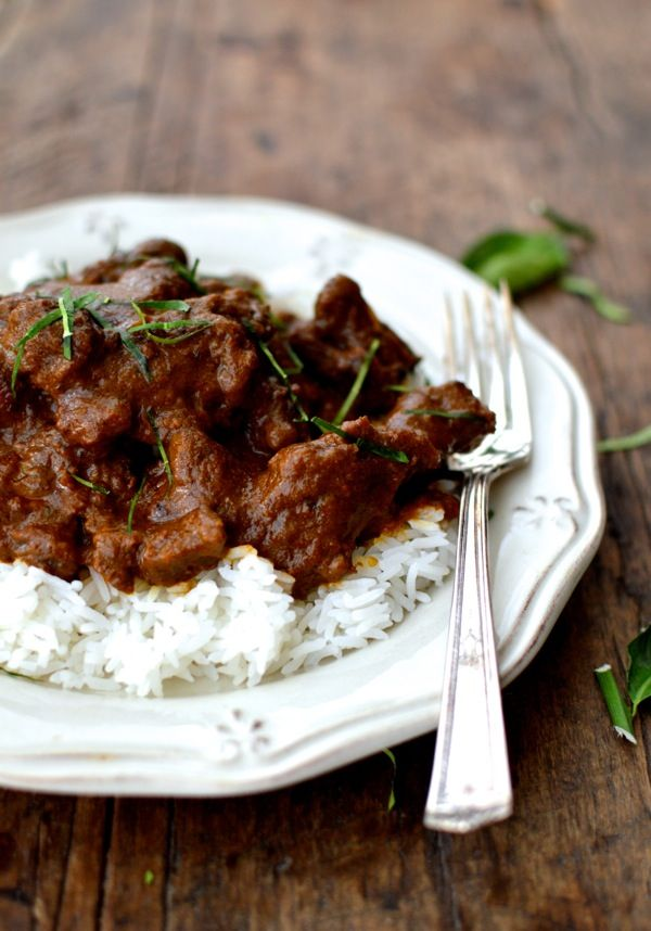 RENDANG DAGING  aka BEEF RENDANG (richly spiced meat cooked in coconut milk) ~~~ recipe gateway: this post's link AND http://rasamalaysia.com/beef-rendang-recipe-rendang-daging/ AND http://www.splendidtable.org/recipes/beef-rendang AND http://www.redshallotkitchen.com/2015/02/minangkabau-beef-rendang.html [Indonesia, Minangkabau Cuisine] [Rohati] [thewoksoflife] [rasamalaysia] [splendidtable] [redshallotkitchen]