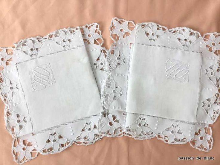 LINGE ANCIEN / Belle paire de taies festonnées de fleurs en broderie Richelieu sur toile pur lin avec monogramme MD