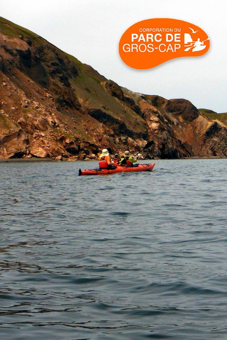 Kayak de mer à l'Île d'Entrée, Iles-de-la-Madeleine Nos excursions sont encadrées par des guides-interprètes très bien formés afin d'offrir des excursions écotouristiques agréables et sécuritaires.