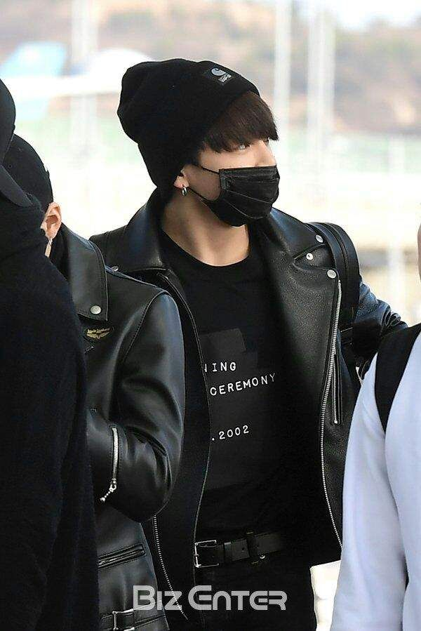Bts Wearing Face Masks Army S Amino Fashion All Black Fashion How To Wear