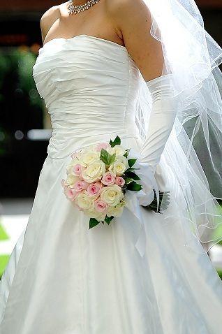 白バラとピンクバラのクラッチブーケ