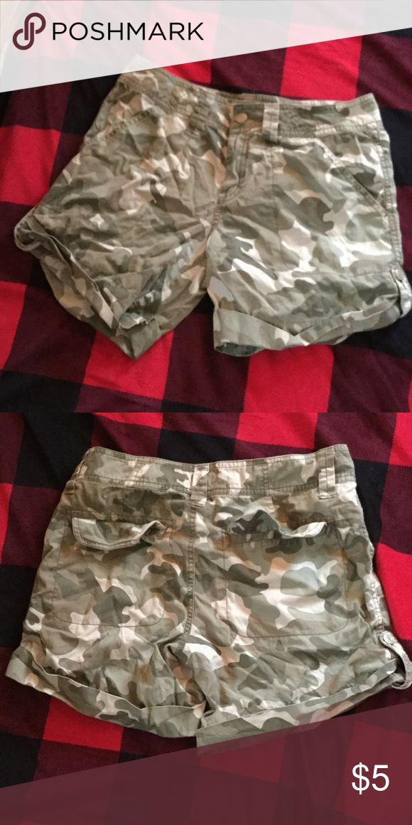 Camouflage mid-thigh shorts Camouflage shorts that go to about mid-thigh length and are cuffed at the bottom. limited too Shorts