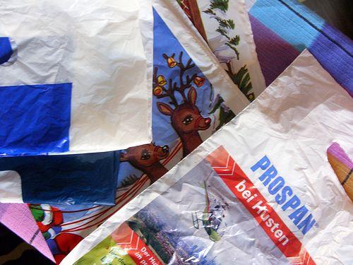 Alte Plastiktüten mit dem Bügeleisen zusammenschmelzen und daraus Sachen nähen - z.B. abwischbare Tischsets, Tischdecken für den Maltisch, Lätzchen...