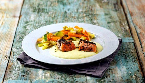 Triangoli di Salmone Norvegese su crema di patate e julienne di verdure al wok.