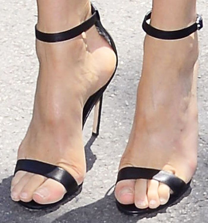 783fd39cca8f Doutzen Kroes shows off her feet in classic Manolo Blahnik