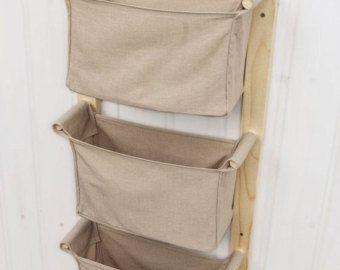 Este magnífico conjunto de colgantes cestas del almacenaje del cuarto de niños es ideal para colgar cerca de la mesa de cambiar pañales o en una pared en el baño para que tengas todo necesita derecho a mano cuando las manos están llenas de un bebé mojado o wriggly!  Se puede utilizar como un carrito de pañales para guardar pañales, toallitas y otros accesorios o champú para bebé, q-tips, ásperas y similares en el cuarto de baño. Medida que el niño crece puede transición a colgante toy…