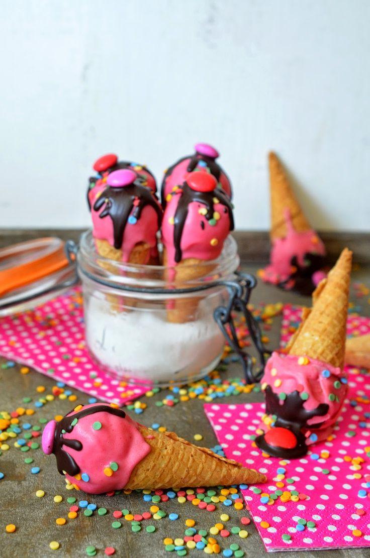 Cakepops mal anders: Mini-Eistüten mit Kuchenfüllung (einfach so oder als Cupcake-Deko)