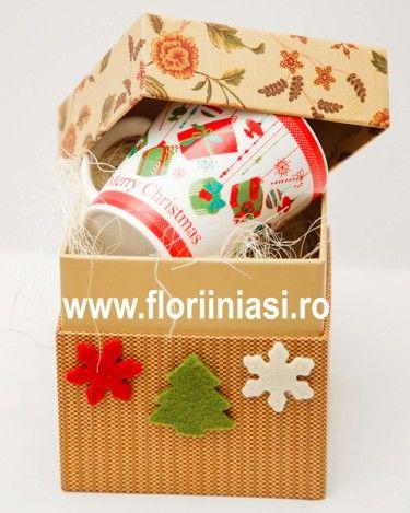 Cana de craciun, cu mesaj Merry Christmas, in culori de sarbatoare, ambalata fumos intr-o cutie cadou.  Daca estti departe, se va gandi la tine la cafea sau vin fiert cu scortisoara.  Daca veti fi impreuna de sarbatori, comanda 2 cani si primesti bonus un trandafir rosu. Card atasat.  Viziteaza http://www.floriiniasi.ro/flori-florarie-online/Cana-Craciun-in-cutie-cadou-p-17271-c-252-p.html