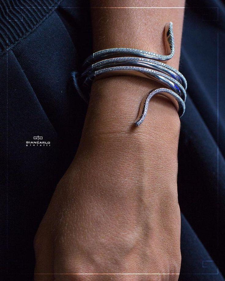 Браслеты в виде змеи предпочитают стильные и смелые женщины которые ценят свою независимость и не боятся привлекать внимание окружающих. Если Ваша подруга принадлежит к числу таких женщин то этот бриллиантовый браслет от #Giancarlogioielli будет идеальным подарком!  Белое золото вес - 8230 гр. проба - 750 Бриллианты 264 карат  #jewellery #giancarlogioielli #bracelet #beauty #vscogood #vscobaku #vscocam #vscobaku #vscoazerbaijan #instadaily #bakupeople #bakulife #instabaku #instaaz…