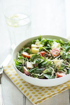 Knapperige salade met witte kool, appel en rozijn. Op zoek naar een knapperige salade? Ik kan je vertellen: die heb je gevonden! Deze salade is ontzettend simpel en heerlijk knisperend, knapperig, kleu..