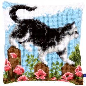 """""""Cat Exploring the Garden"""": borduurpakket in kruissteek"""
