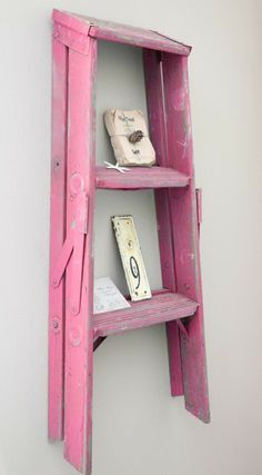 Una escalera pequeña como repisa en casa - http://ini.es/1fH0pi9