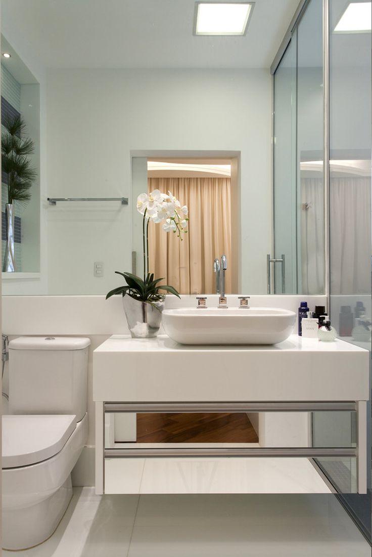 Banheiro, branco, cuba de apoio, armário espelhado,