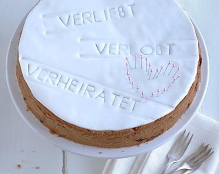 Diese ganze besondere Torte eignet sich wunderbar als Geschenk für das Brautpaar. Ein schlichter Kuchen wird mit Fondant fein gemacht.Fondant ist eine...
