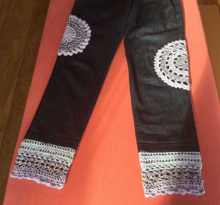 Upcycling. Crochet. Jeans. Broek vond ik te kort en saai, dus... gehaakte randen aan de zomen en kleedjes ter versiering. Voorjaar 2016. Jeans: Dull and too short, so..... crochet borders and doily upgrade Spring 2016 Made by Centina K.  @CentLovesColour