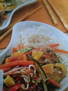 Verduras al vapor con salsa agridulce y arroz
