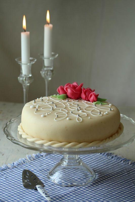 Reklame: Til maifesten har jeg laget bløtkake med sukkerpasta, som du enkelt lager selv. (Blogginnlegget er laget i samarbeid med Hoff potetmel).