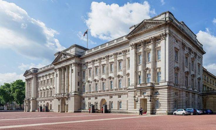 Buckingham Palace. Pemegang rekor rumah termahal di dunia saat ini adalah istana termasyhur yang terletak di London, Inggris dengan harga USD 1,55 Milliar atau sekitar Rp21,7 triliun. Meski namanya istana, sebenarnya ini adalah rumah, namun tidak untuk dijual karena memang ditujukan untuk tempat tinggal Raja dan Ratu Inggris. Rumah ini memiliki 755 ruangan, termasuk 19 ruang Negara, 52 kamar tidur, 188 ruang staf, 92 kantor dan 78 kamar mandi. Pemilik rumah ini adalah pihak kerajaan…