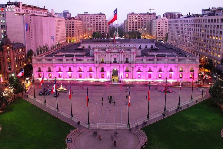 La Moneda during a cancer campaign (Photo: Héctor Yáñez - Emol)