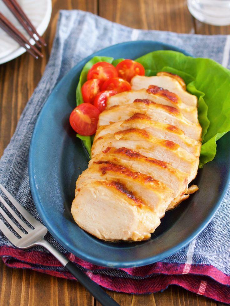 作り置きにも♪衝撃の柔らかさ♪『鶏むね肉の味噌マヨ漬け』 by Yuu / 鶏むね肉を使った作り置きやお弁当に最適な一品。鶏むね肉に味噌とマヨネーズを塗り込んだらあとはしばらく放置してフライパンで焼くだけ。 味噌とマヨネーズのおかげで鶏むね肉とは思えないほどの柔らかさに!また、旨味もた〜っぷり♡もちろん、下味保存も可能ですのでぜひぜひお気軽にお試しくださいね!クリスマスやお正月にもオススメです^^♪ / Nadia