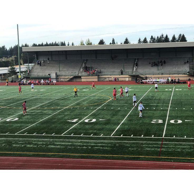 Сегодня выдалась достаточно свободная пятница и я смогла прийти на игры нашей школьной футбольной команды. ⚽️⚽️ Как всем известно в Америке не только европейский футбол, но и американский. Я была на нашем, всеми любимом виде футбола ����♀️ Наша команда ( на фотке белые ) сыграли очень хорошо, показали отличную игру (наконец-то), тем самым одержав победу над одной из самых сильных команд чемпионата. ���� ~~~~~~~~~~~~~~~~~~~~~~~~~~~~~~~~~~~~~~~~~~~~~~ #sport #active #fit #football #soccer…