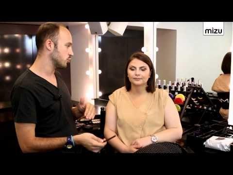 Make-up Artist Rıfat Yüzüak göz kalemi sürme teknikleri ile gözün daha şekilli gösterilebileceğini ifade etti. Daha çekik gözler, daha seksi veya masum bakışlar kalem rengine ve uygulama alanına göre değişiklik gösteriyor. Göz kalemi nasıl sürülür sorusunu yanıtlarken ayrıntılara değinen Yüzüak, gözün içine sürülen kalemin gözü büyültüp küçültmesinin mümkün olmadığını yalnızca bakışın değiştiğini söyledi.