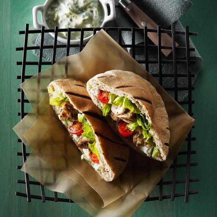 Cette simple recette de souvlaki grec est le plat idéal pour les grillades en plein air et pour le divertissement. | Le Poulet du Québec