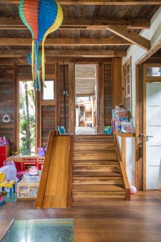 A grande cobertura curva é o destaque da casa Samambaia, na região serrana do Rio de Janeiro. O projeto conta com  um interessante 'mix' de materiais, como madeira de demolição, concreto, vidro e aço nas vigas e lajes
