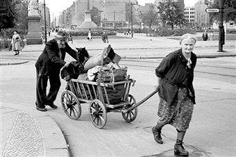 1950 altes Ehepaar am Mehringplatz