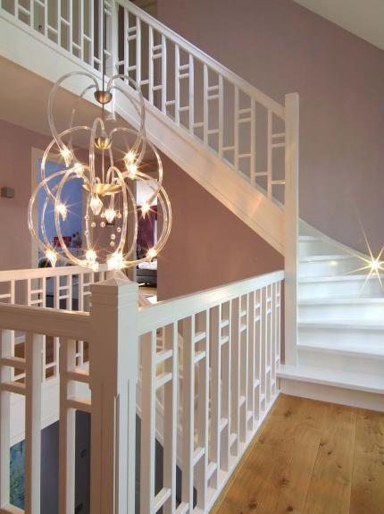 Atelier3 |  Dit indrukwekkende trappenhuis blijft elegant en warm door de klassieke elementen en zachte pasteltinten. De kroonluchter maakt het geheel tot een waardige binnenkomst. Meer inspiratie op www.atelier3.nl #atelier3 #architectuur #villa #trappen #architect #interieur #wonen