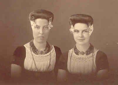 """Twee zussen op hun """"zondags"""" (met strikken aan de muts)"""