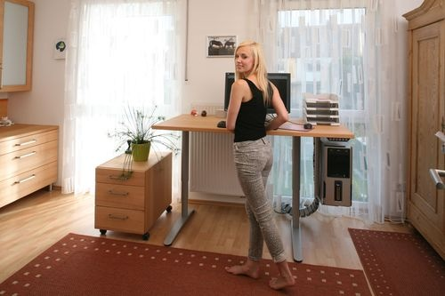 Jasmin am höhenverstellbaren Schreibtisch im Catlux-Büro (ab 1900 Euro)  http://nhblog.de/nb_catlux/