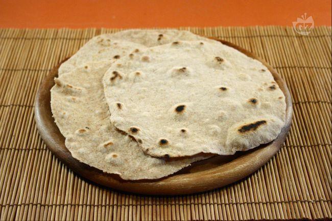 """Il chapati è il pane tradizionale dell'India:  non contiene lievito, ma solo farina (semi-integrale), acqua e sale  e ha una caratteristica forma piatta e tonda. Il chapati viene cotto su una padella di ferro chiamata """"tawa""""."""