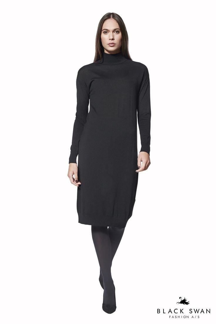 Strik kjole i det blødeste uld med høj turtleneck og lange ærmer. Kjolen er skåret i et løst snit, som draperer flot på kroppen. Flot med Gala chemise. Lovely knitted longsleeve dress. Black Swan Fashion