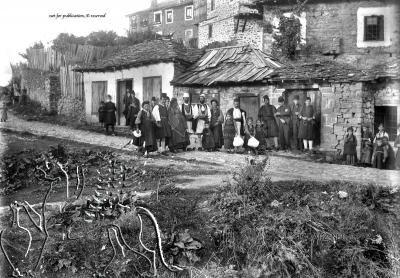 Straßenszene mit Personen in Tracht und Zivil. Nachlass Alfred Schiff (1863-1938); Uni-Koeln