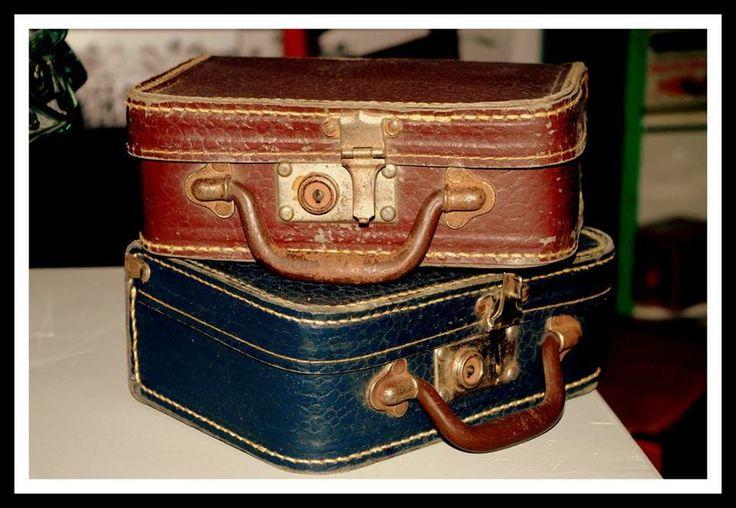 Muebles y objetos vintage, reciclado de mobiliario vintage Living & Lluch: estas maletas pequeñas son unos canvas escolares ...