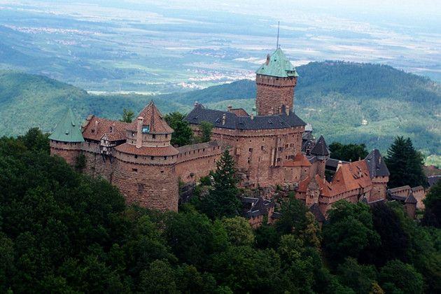 L'Alsace se découvre le long de sa route des vins, de villages pittoresques en châteaux fortifiés. Étapes culturelles, gourmandes ou nature, quels sont les sites absolument incontournables pour savourer les charmes alsaciens ?