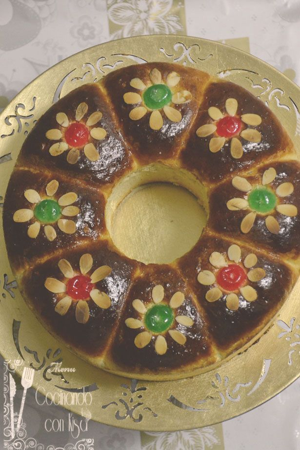 Hoy vengo con un roscón de reyes diferente tanto por el sabor como su forma. La receta es de mi amiga Fatima de su blog La cocina no es...