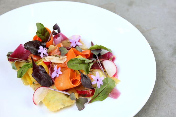 Lunchmenu: Ravioli z ricottą i szpinakiem na roszponce z marynowanymi warzywami (V) / Ricotta and spinach ravioli served on lamb's lettuce and marinated vegetables (V)