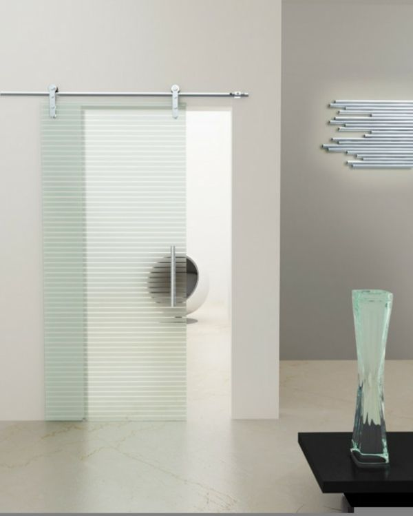 moderne-salle-de--bain-avec-une-porte-en-glace