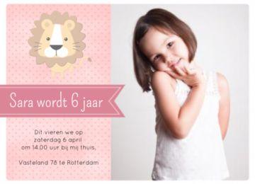 Uitnodiging voor een verjaardag met roze banner meisje. Rechts kun je je eigen foto toevoegen en links staat een klein berichtje op een roze achtergrond met lichte stippen. Hier staat ook een geïllustreerde leeuw.