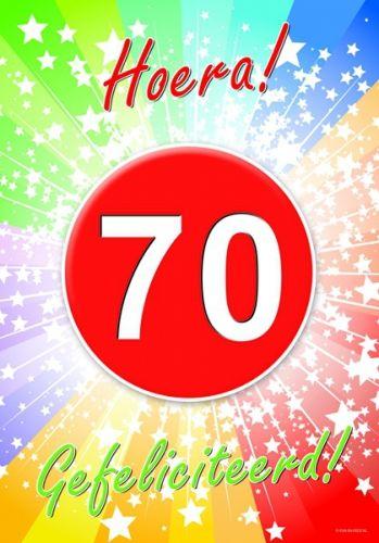 70 jaar verjaardag deurposter A2 formaat 59 x 42 cm. Deurposter 70 jaar met de tekst: Hoera gefeliciteerd. Deze poster kunt u op het raam of op de deur hangen.