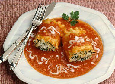Cuire les lasagnes selon les instructions figurant sur l'emballage.  Combiner les trois fromages avec les oeufs, les épinards, le sel, le poivre et la muscade moulue. Étendre une mince couche de sauce dans un plat allant au four de 13 po x 9 po (3 l). Étaler uniformément la préparation aux fromages sur une lasagne; la rouler et la déposer, pli en dessous, dans le plat.  Répéter ces opérations avec le reste des lasagnes et de la préparation aux fromages. Napper du reste de sauce. Cuire au…