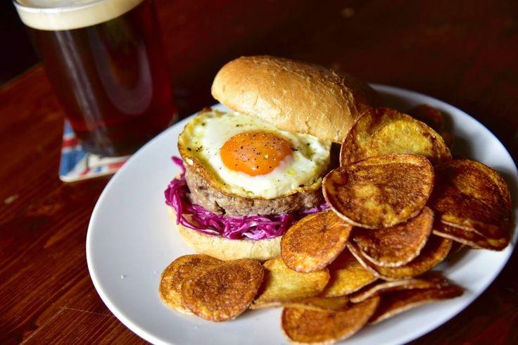 Bismark Burger, hamburger di carne fresca di manzo, calesaw e uovo all'occhio di bue | #clocktowerpub