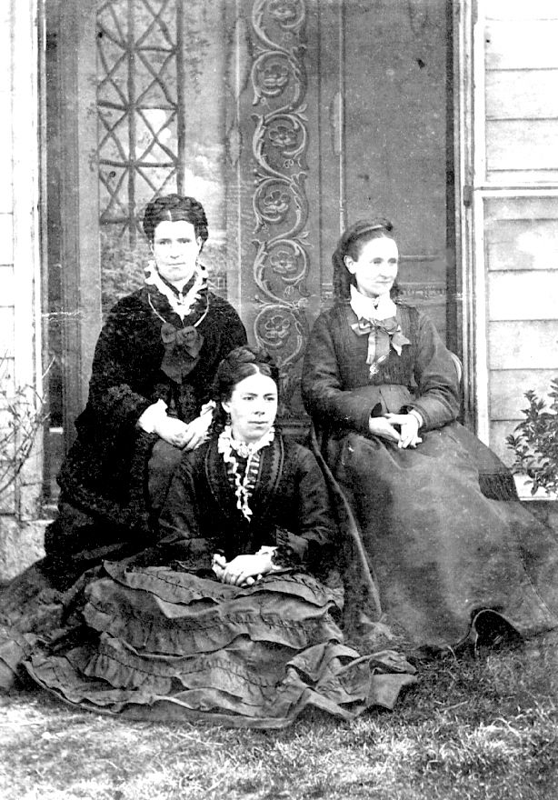 Photograph of three Waldeck sisters.