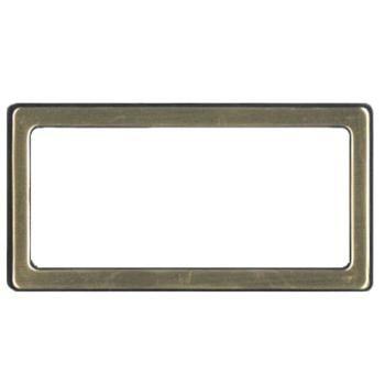PORTA NOME mod. 5401, struttura in plastica con vernice superficiale satinata f.to 68 x 35 mm. Chiusura con spilla o magnete. Include cartoncino bianco per l'inserimento del nome f.to 67 x 23 mm. COLORE  bianco, argento, oro