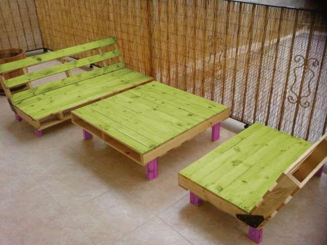 Lindo juego de sala para el patio hecho con tarimas for Sillones para patio