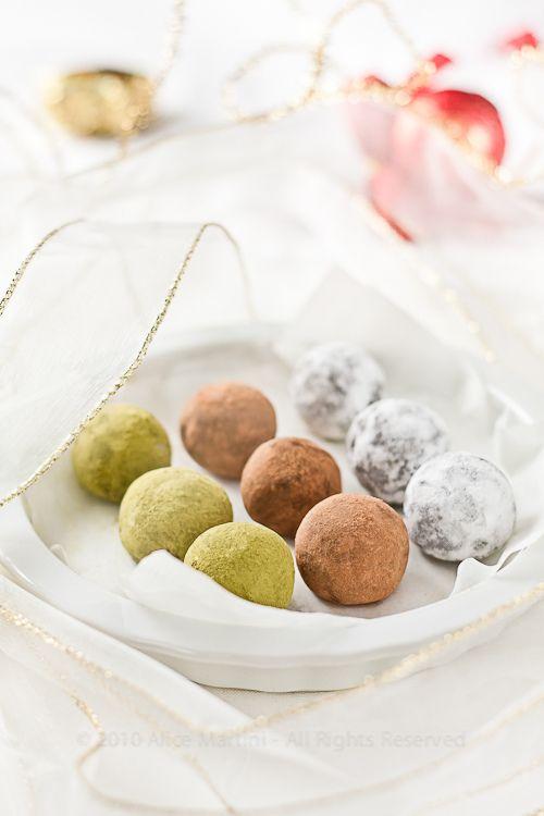 Tartufi al cioccolato, ciliegie e pasta di mandorle.