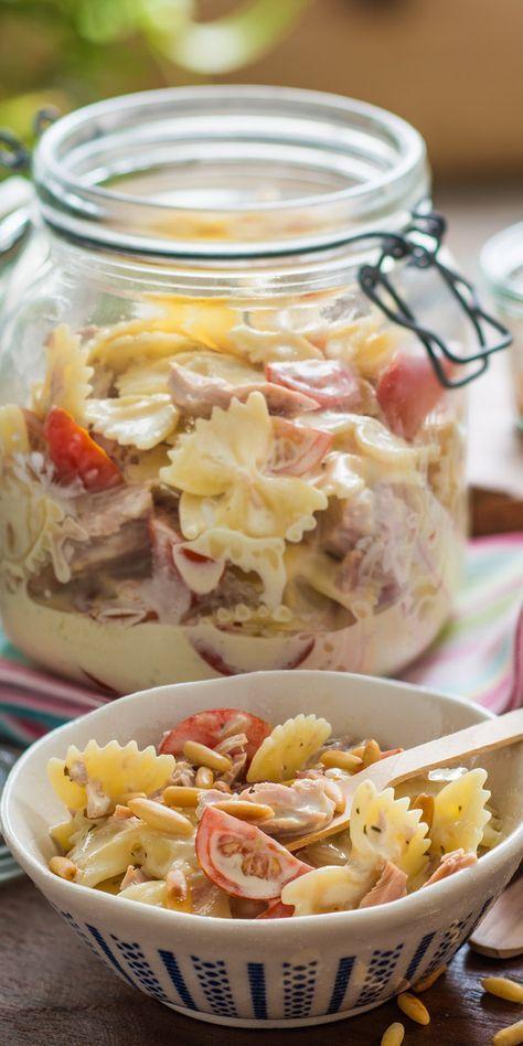"""Lust auf einen cremigen Salat mit besonderem Aroma? Dann solltest du unseren Nudelsalat """"Tuna"""" auf keinen Fall verpassen! Remoulade und Milch machen ihn unwiderstehlich lecker und geröstete Pinienkerne sorgen für den perfekten Abschluss."""