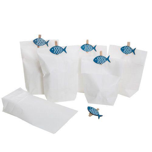 Papiertüten weiß (14 x 22 x 5,6 cm) mit blau weißen Fisch Holzklammern zum Verschließen für Gastgeschenke geeignet